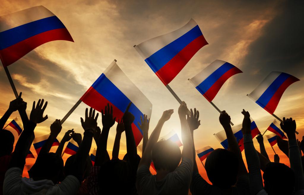 Menge hält Russische Flaggen hoch