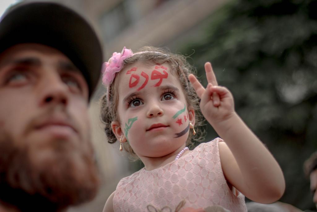 Kind mit zeichhung im Gesicht