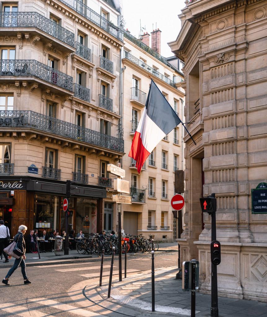 Französische Flagge in der Stadt
