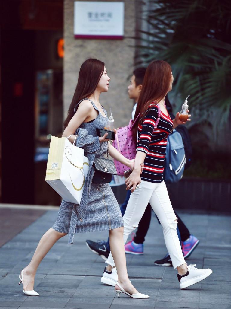 zwei Frauen spazieren durch Stadt