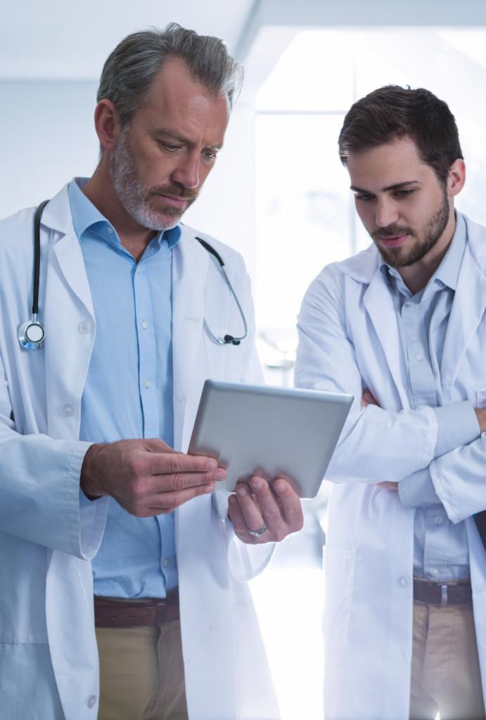 Ärzte besprechen Behandlung