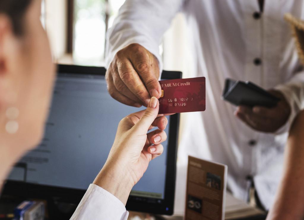 Mann bezahlt mit Kreditkarte