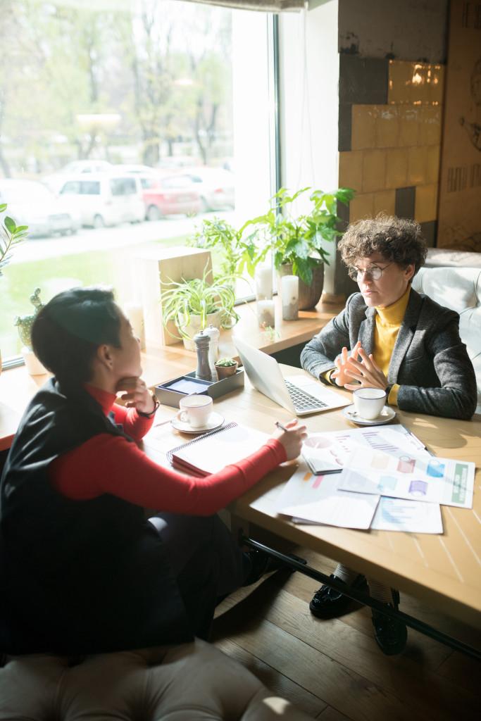Personen bei einem Meeting