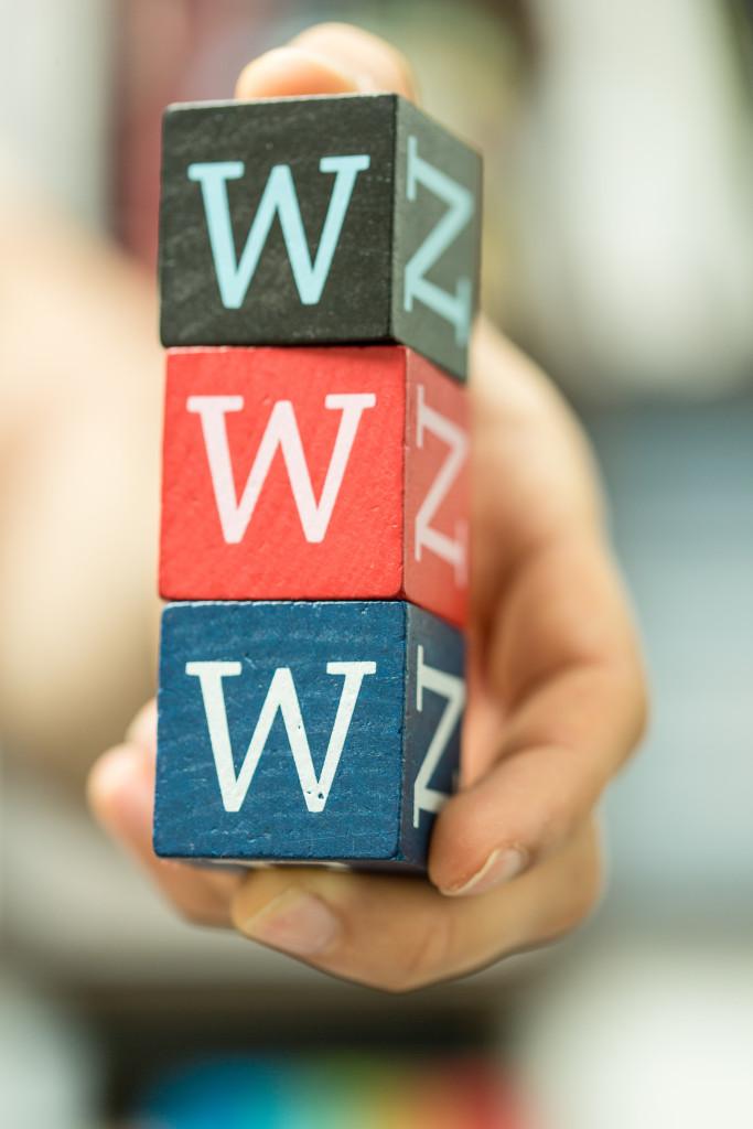 Drei Würfel mit dem Buchstaben w übereinander