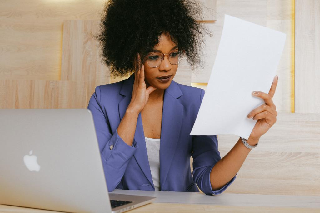 Frau liest ein Dokument zum übersetzen