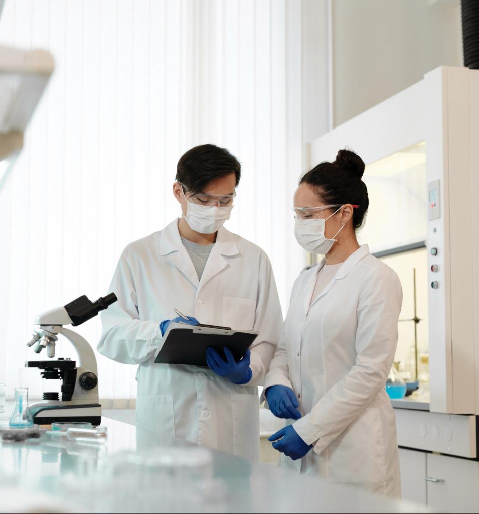 Laboranten arbeiten im Labor