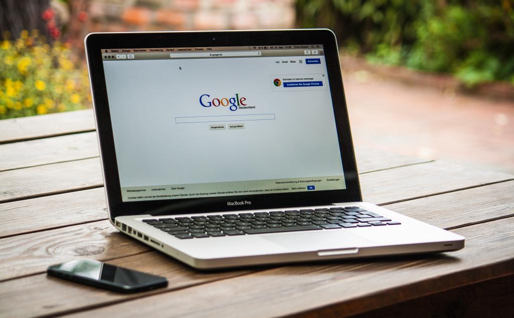 Laptop mit geöffneter Google Suchmaschine