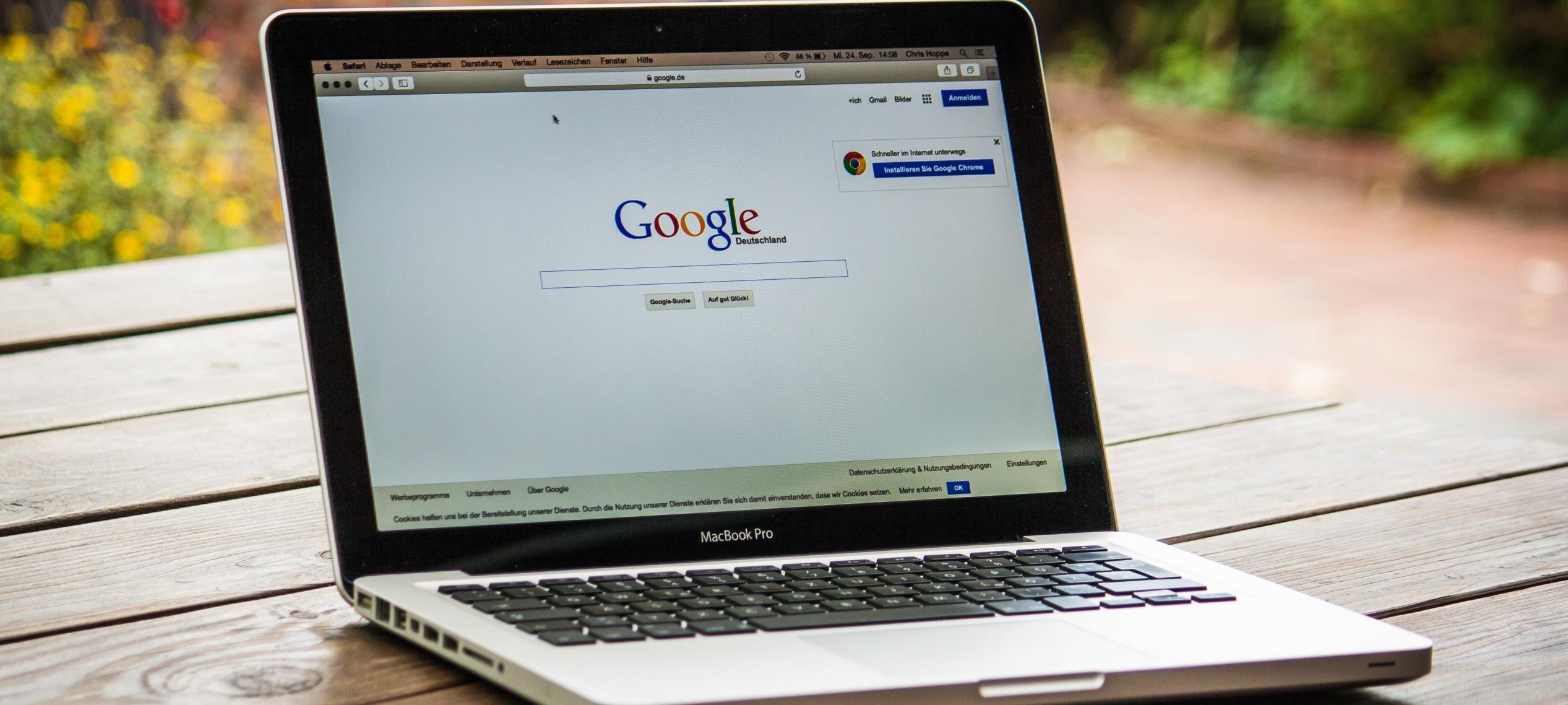 Laptop mit Startseite Google