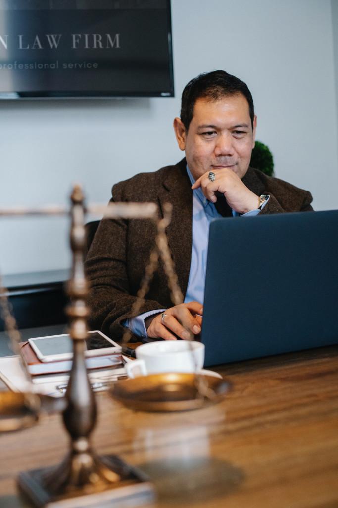 Mann blickt auf Laptop