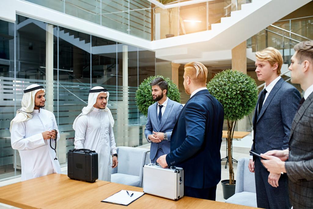 Dolmetscher übersetzen ein Geschäftsgespräch