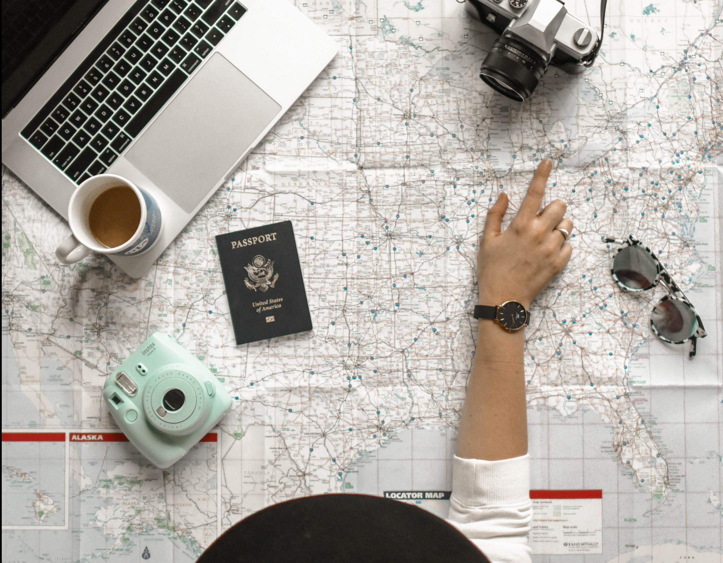 Eine Frau plant eine Reise ins Ausland