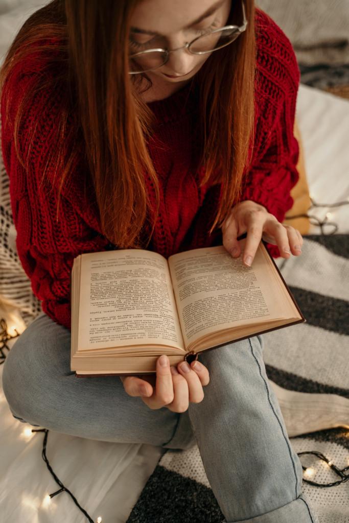 Übersetzerin liest ein Buch