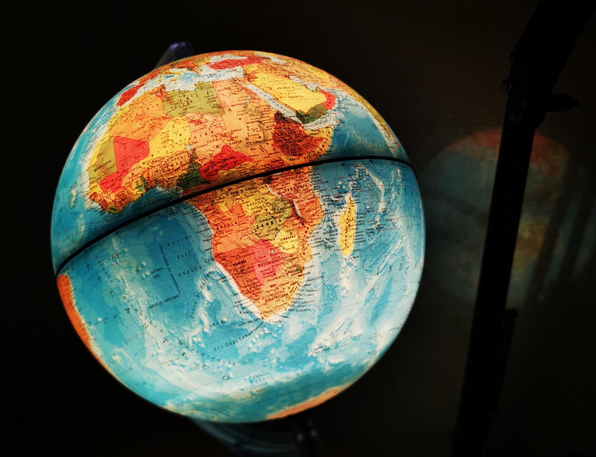 Ein Globus leuchtet im Dunkeln