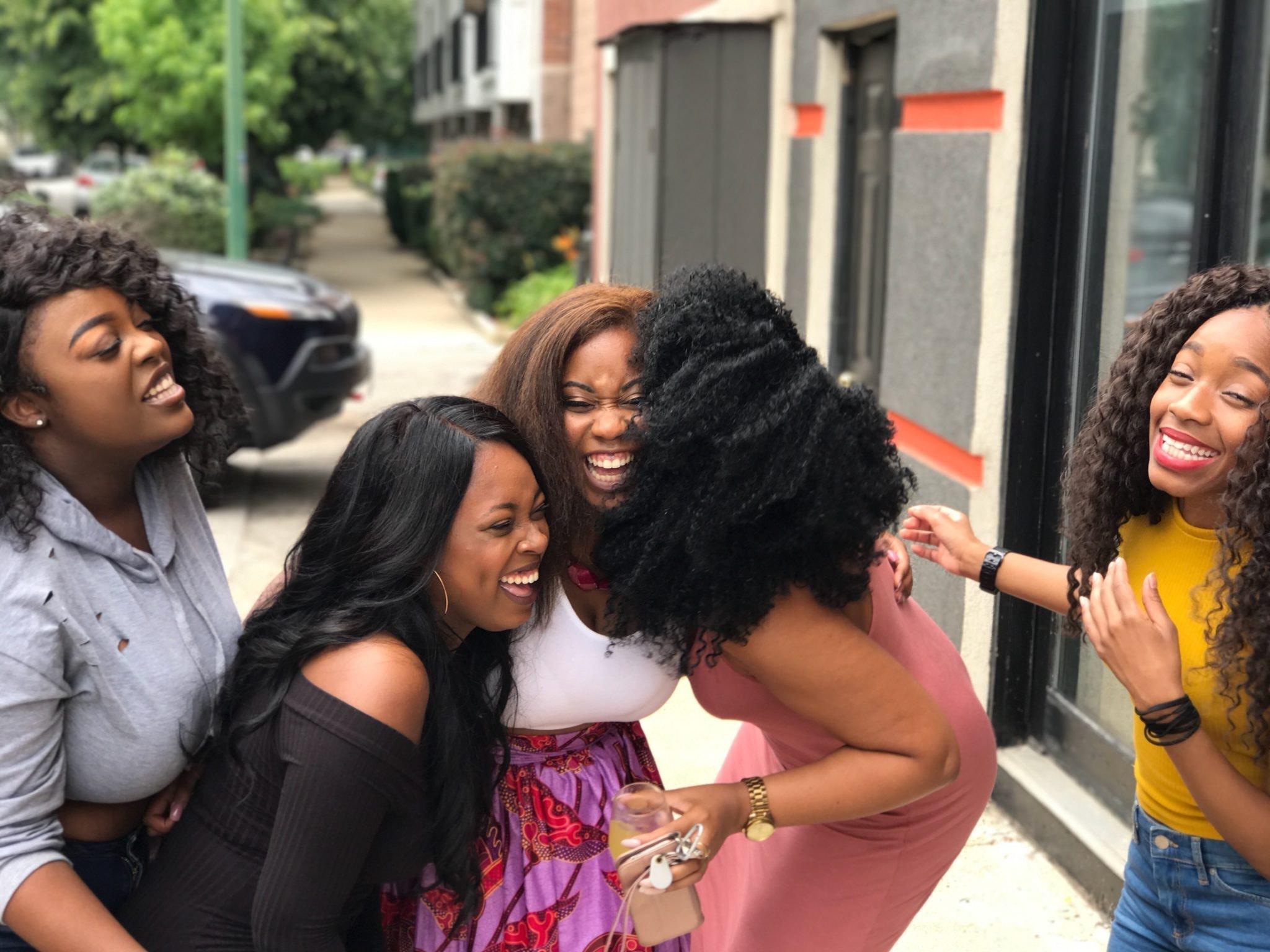 Eine Gruppe mit lachenden Frauen