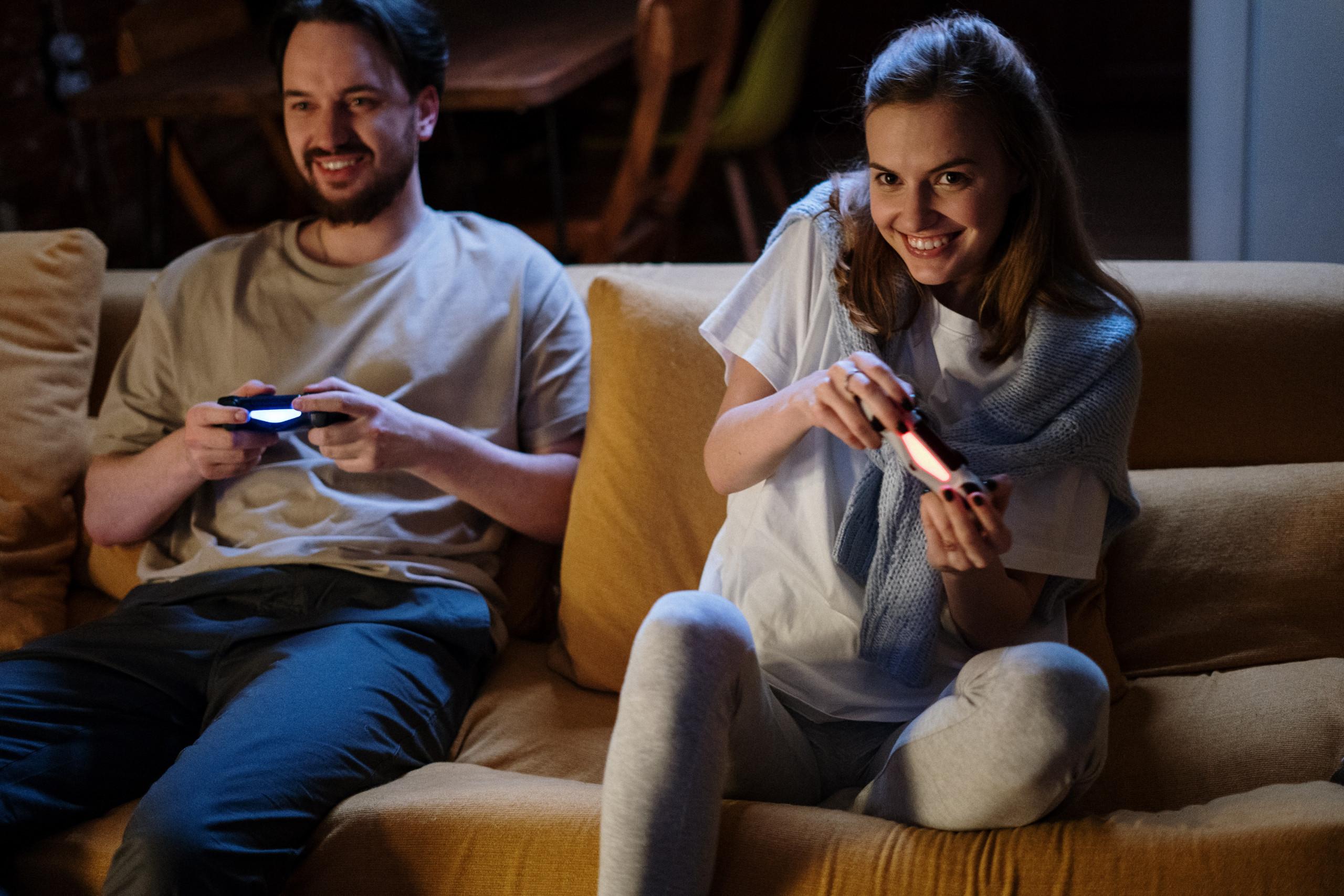 Zwei Personen spielen ein Videospiel
