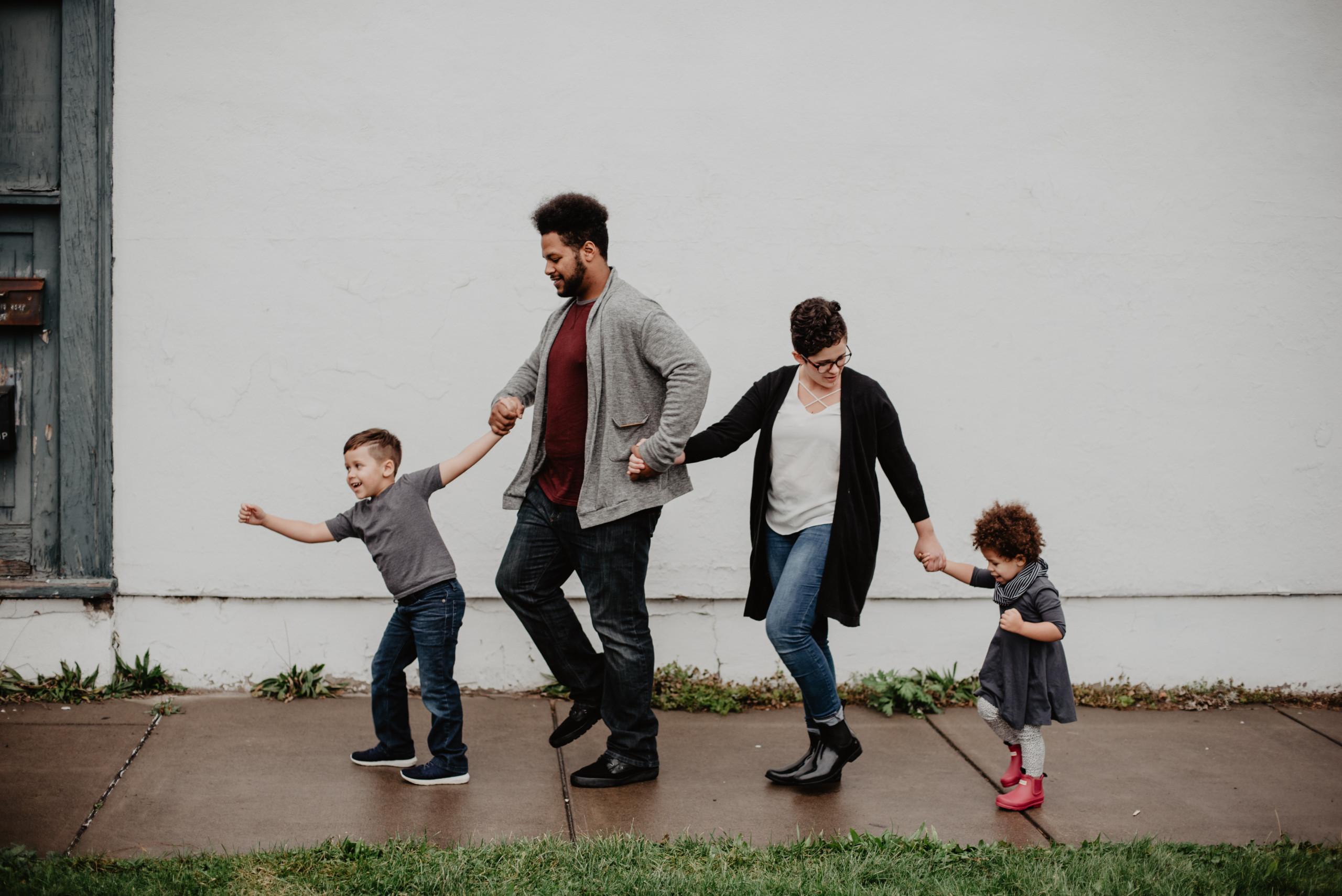 Eine mehrsprachige Familie beim Spaziergang
