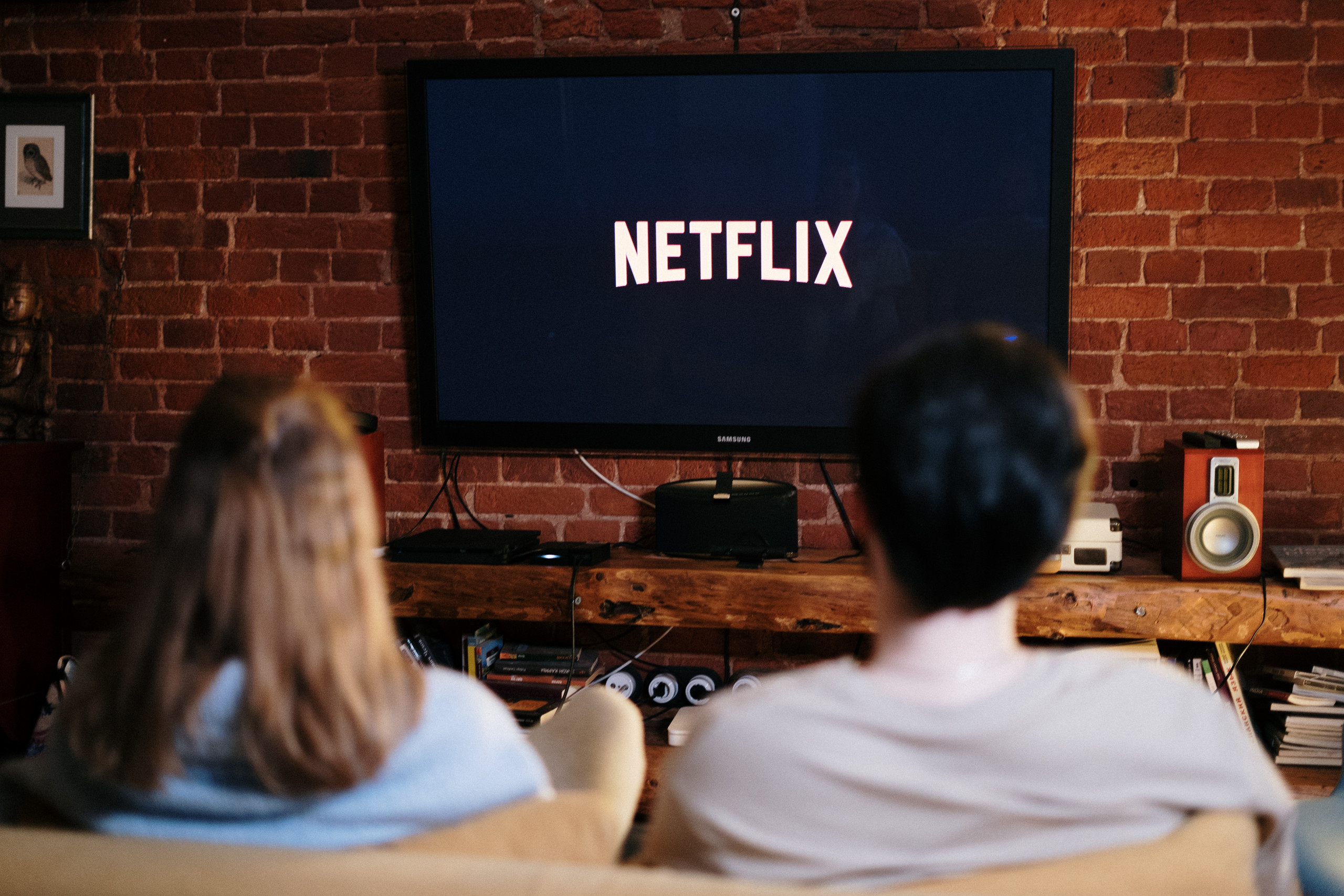 Zwei Personen schauen Netflix