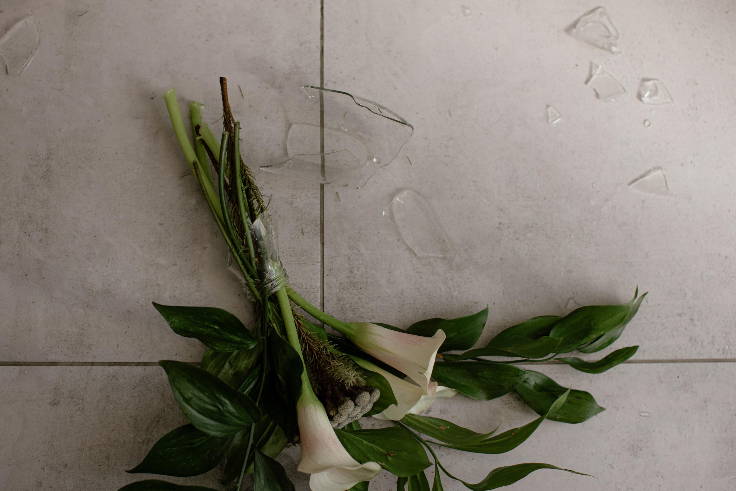 Eine zerbrochene Vase liegt am Boden
