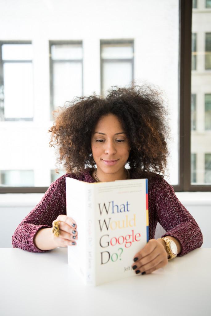 Eine Frau liest ein zu übersetzendes Buch
