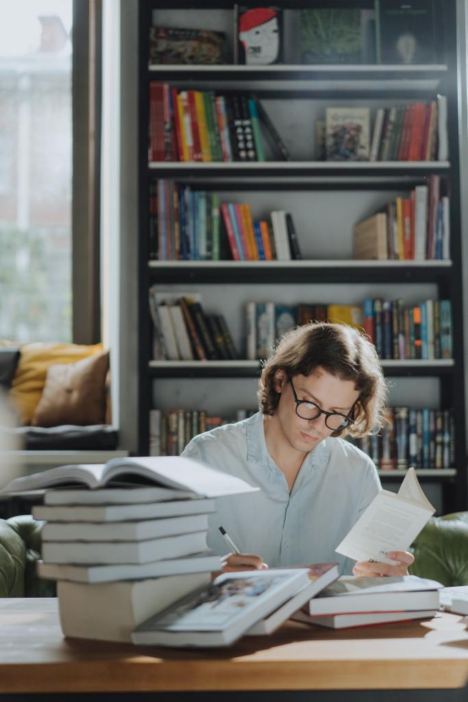 Mann beschäftigt sich mit Büchern