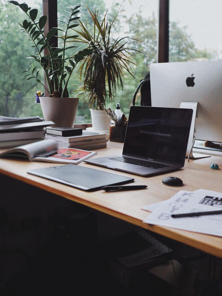 Laptop ist bereit zum Einsatz am Schreibtisch