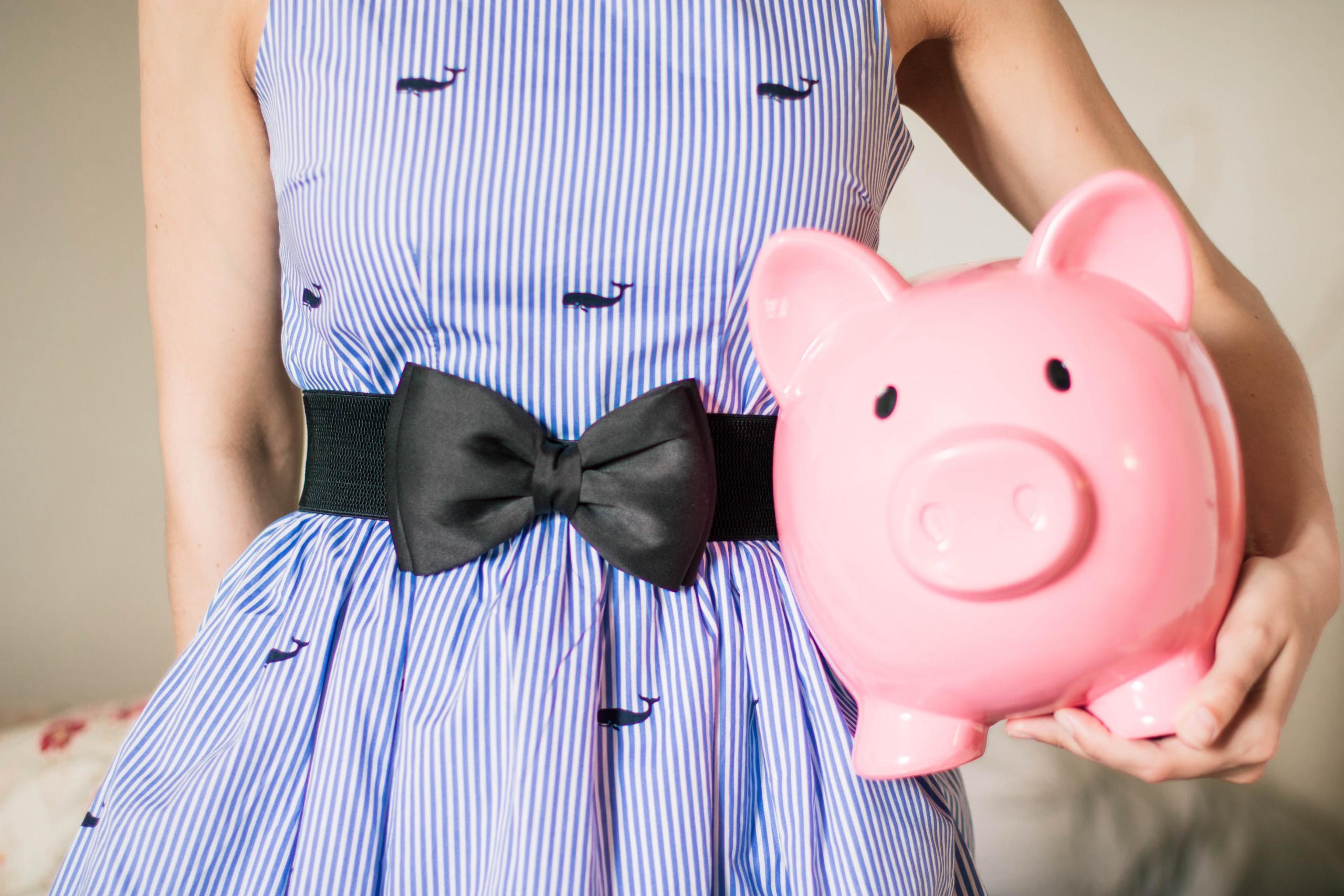 Eine Frau die ein Sparschwein hält