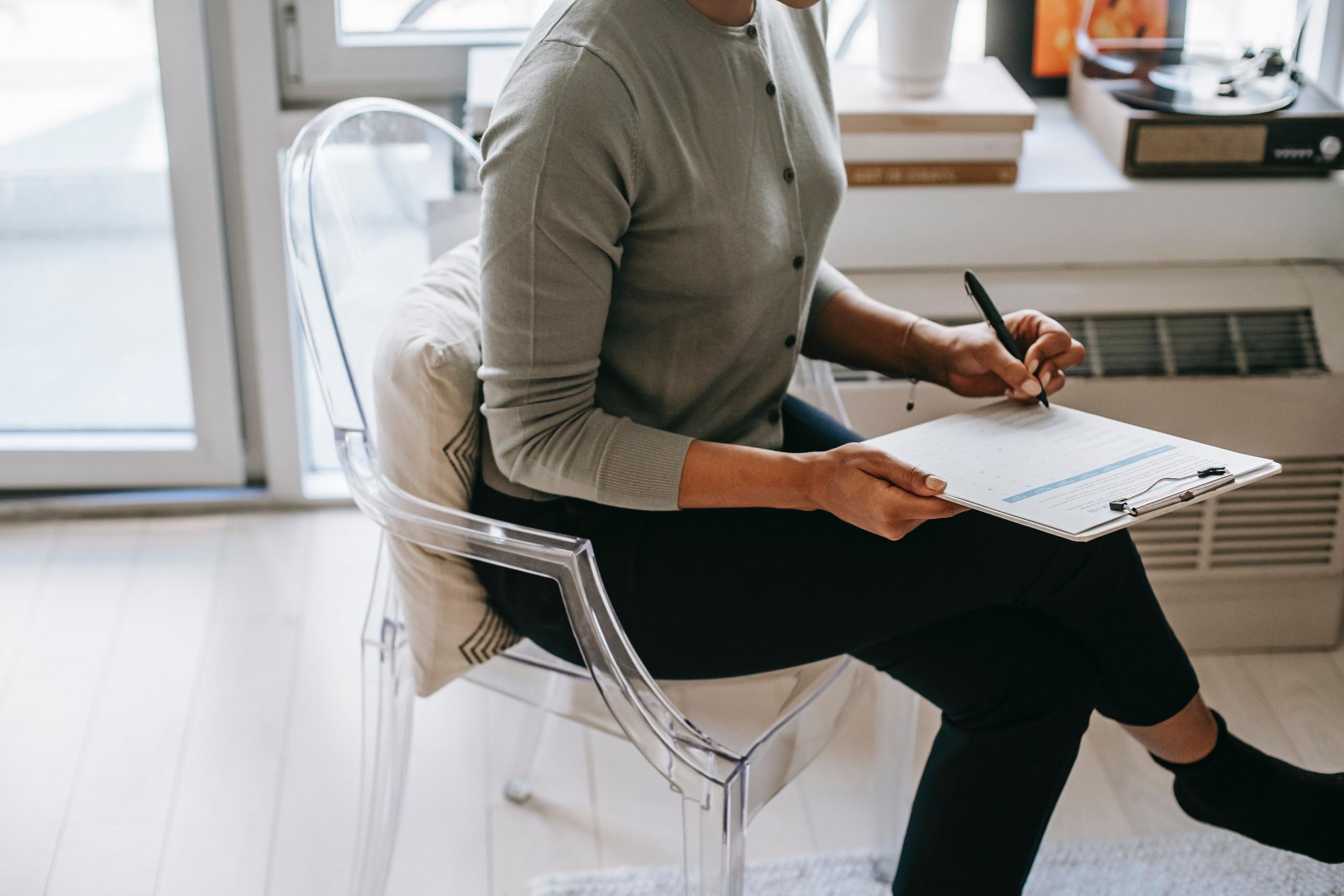 Eine Frau füllt ein Formular aus