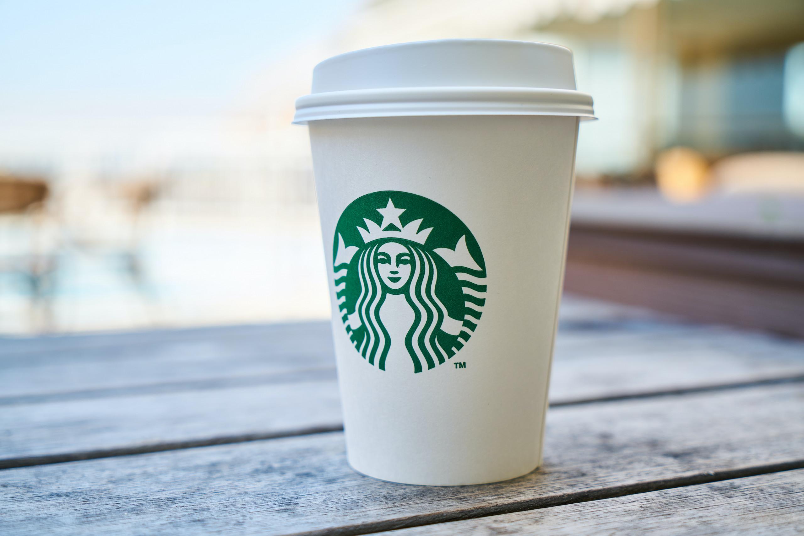 Ein Starbucks Becher