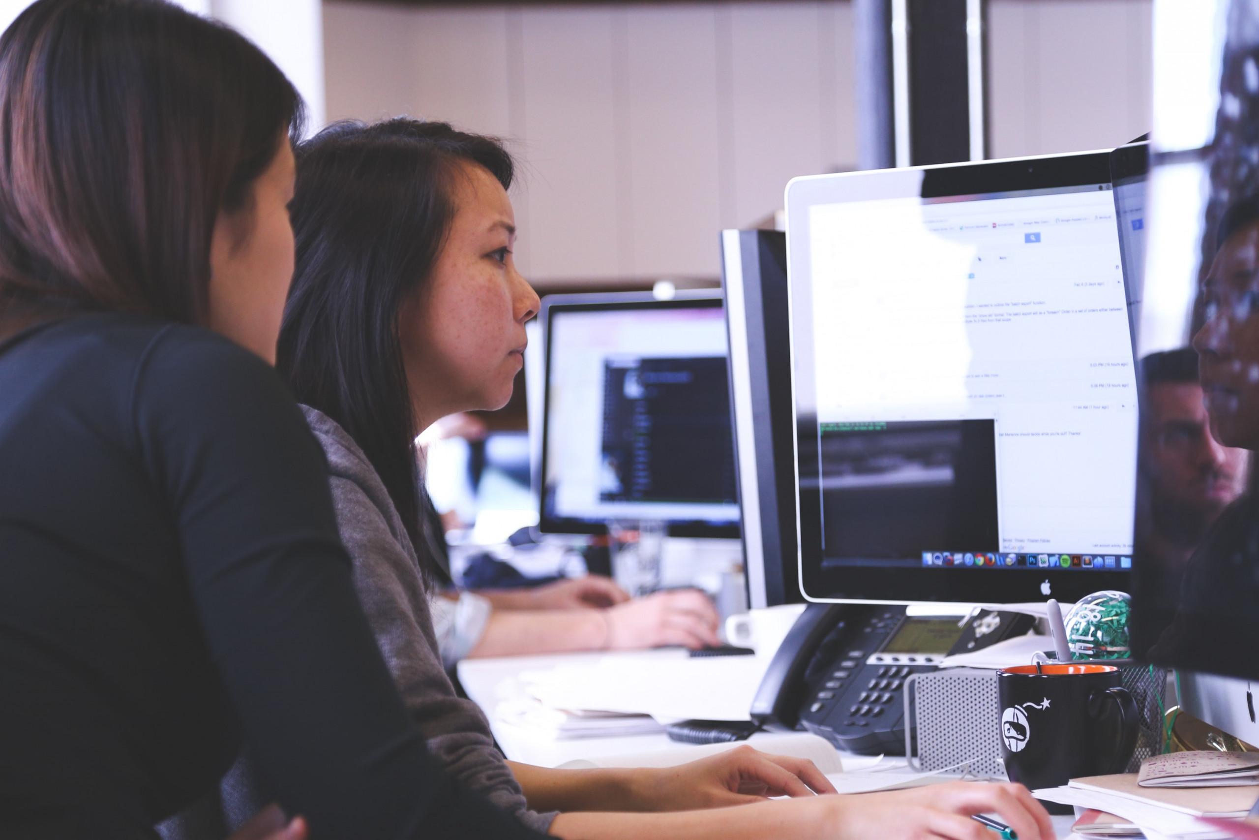 Zwei Personen arbeiten konzentriert am Computer
