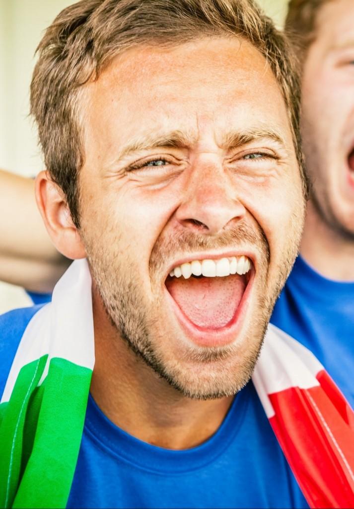 Ein Italiener supportet schreiend ein Fußballteam