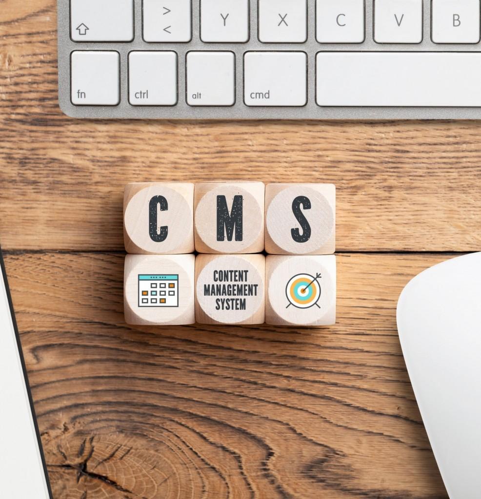 3 Würfel nebeneinander, die das Wort CMS zeigen
