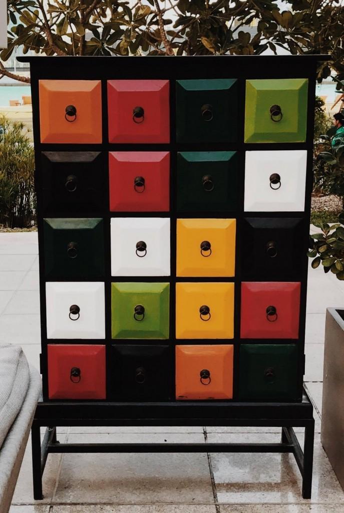 Eine Kommode mit vielen bunten Schubladen